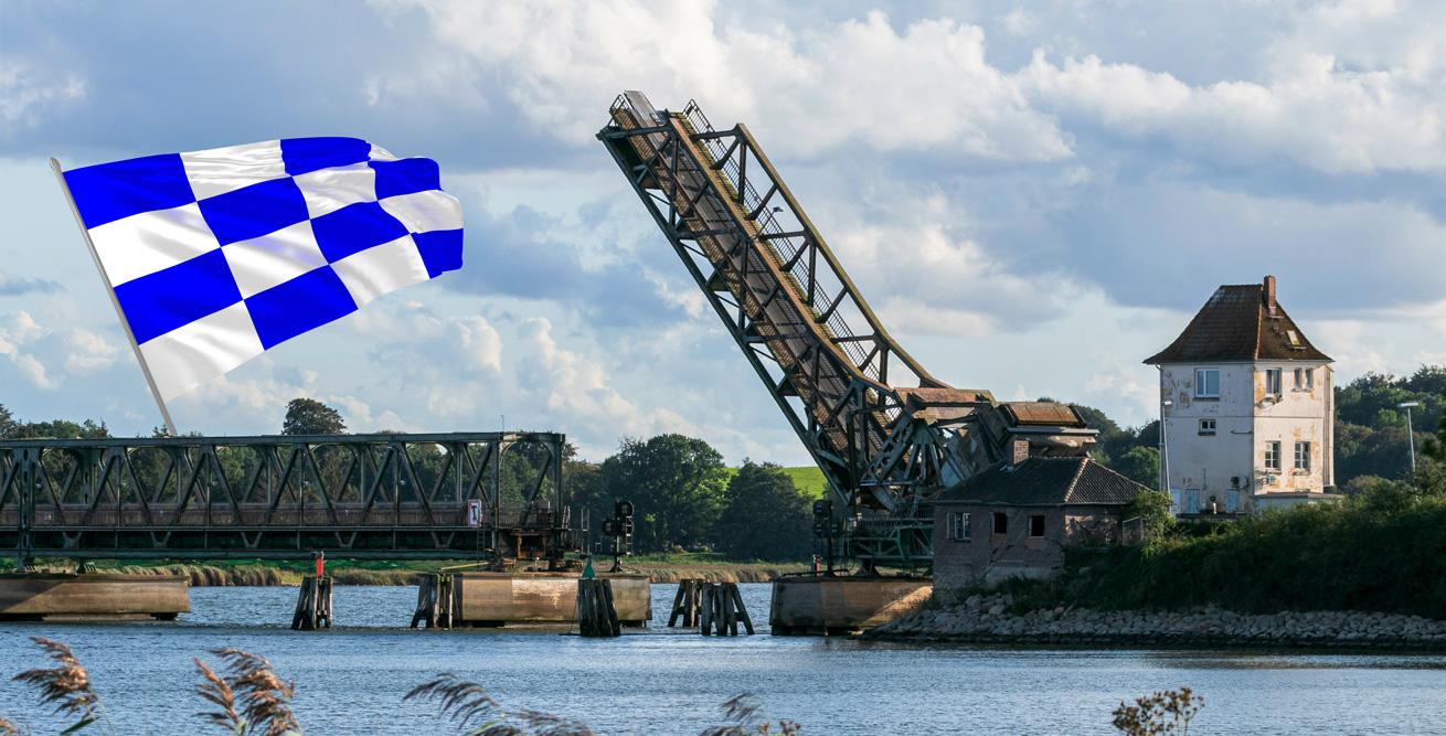 Schleibrücke bei Lindaunis in geöffneter Stellung erlaubt die PAssage mit Segelbooten und Yachten
