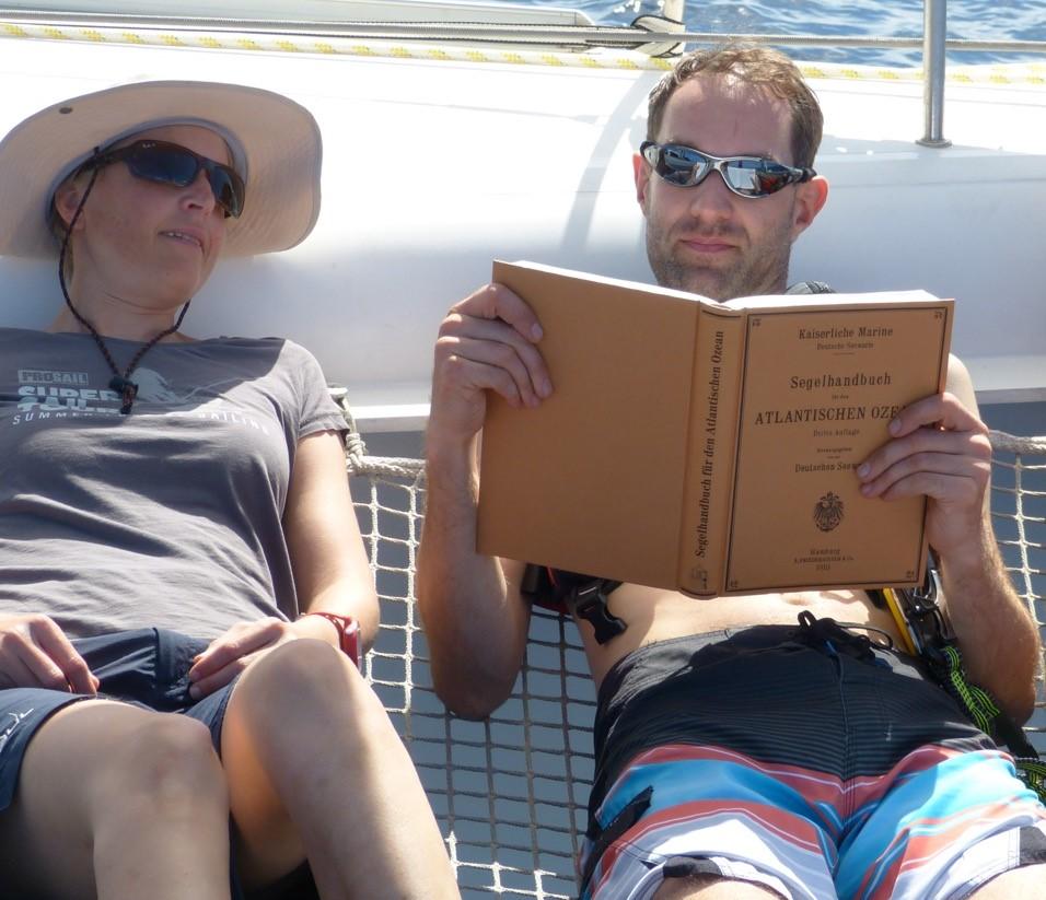 Spannende Lektüre im Segelhandbuch für den Atlantischen Ozean